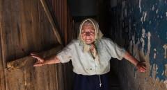 Полина Павловна выходит из подъезда на улицу после дождя. Солнце еще не появилось и у нее есть немного времени чтобы насладится этим временем в ее любимом кресле во дворе старого дома.