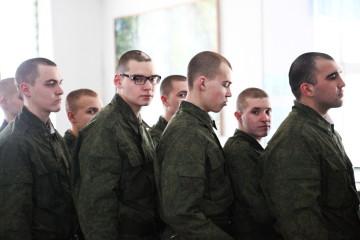 Новобранцы в столовой во время обеда, военная учебная часть, Псковская область.