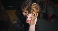 Юля - одна из главных помощниц мамы. В свои 8 лет она смотрит за сестрами, гуляет с собакой, хотя не смотря на все это пытается находить время для игр.  Семья Михайловых: мама Елена, вместе с ней живут 6 из ее семерых детей. Старшая Таня, 22, с недавних пор живет отдельно, но старается помогать семье по мере возможностей. Остальные дети - Даша 12, Илья 11, Юля 8, Марина 5, Варя 2, Соня 1 год. Муж Елены умер 2 года назад от сердечного приступа. В настоящее время Елена живет с детьми и своей матерью в двухкомнатной квартире. Доходы семьи - пособие Елены и пенсия бабушки. Фонд помогает решить психологические и юридические вопросы Елены, оформить рассрочку на выплаты долги по квартире (около 300 тысяч рублей). Некоторые из детей Елены побывали в приюте, так как у Елены не было возможности их содержать. Фонд также помог Елене справиться с этой проблемой и вернуть детей домой.  Нижний Новгород, Россия, сентябрь 2015. Фото Оксаны Юшко для Такие Дела.