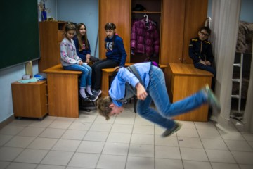 Один из учеников Павла Шмакова Андрей танцует капоэйру во время урока математики, выполняя домашнее задание.  фото: Сергей Карпов для ТД
