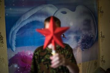 Деревня Относово. Никита Шустов закрывается звездой, которую купил на свои деньги.