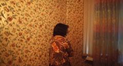 Женщина во время рейда правоохранительных органов по выявлению мест незаконного проживания мигрантов.  Женщина жила в 2-х комнатной квартире, плотно заселенной мигрантами. В ней проживало около 15 человек, квартира была поделена на женскую и мужскую половины. Московская полиция постоянно проводит мероприятия по выявлению таких квартир,  в которых проживает большое количество мигрантов. Многие из них находятся на территории России незаконно.