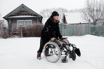Леонид ходит или опираясь на инвалидное кресло, что легче всего, или на специальные трости. Дороги в селе чистят очень редко, поэтом после каждого снегопада Леонид вынужден сидеть дома, так как не хватает сил толкать коляску.
