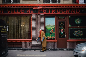 Ресторан Петроград недалеко от собора Александра Невского (Свято-Александро-Невский кафедральный собор) в 8-ом округе Париже на улице Дарю