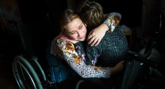 Таня обнимает Лену в Квартале Луи