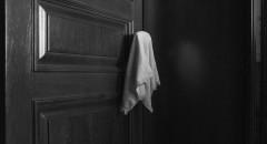 Полотенце висит на ручке двери, которая ведет в комнату  Марии Васильевны. 13.04.2016_Артур Бондарь для Такие Дела