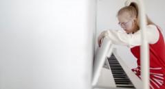 Аполлинария Журина учится играть на пианино