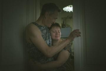 """Лариса прижимается к своему мужу. Он не сопротивляется и называет ее """"мое солнце""""."""
