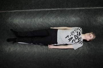 Юра лежит на полу в конце тренировки