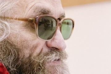 Василий почти всегда носит зеленые очки. Говорит, что так глаза меньше устают от света и бликов.