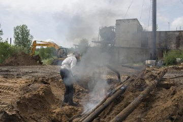 Рабочие готовят площадку для строительства новых объектов.