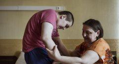 Рафаэль со своей мамой в своем номере.