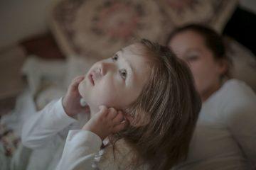 После обеда Дарья укладывает дочку спать