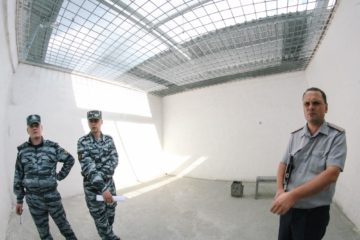 Начальник медсанчасти ФСИН в Новосибирске Максим Дубин демонстрирует прогулочный дворик