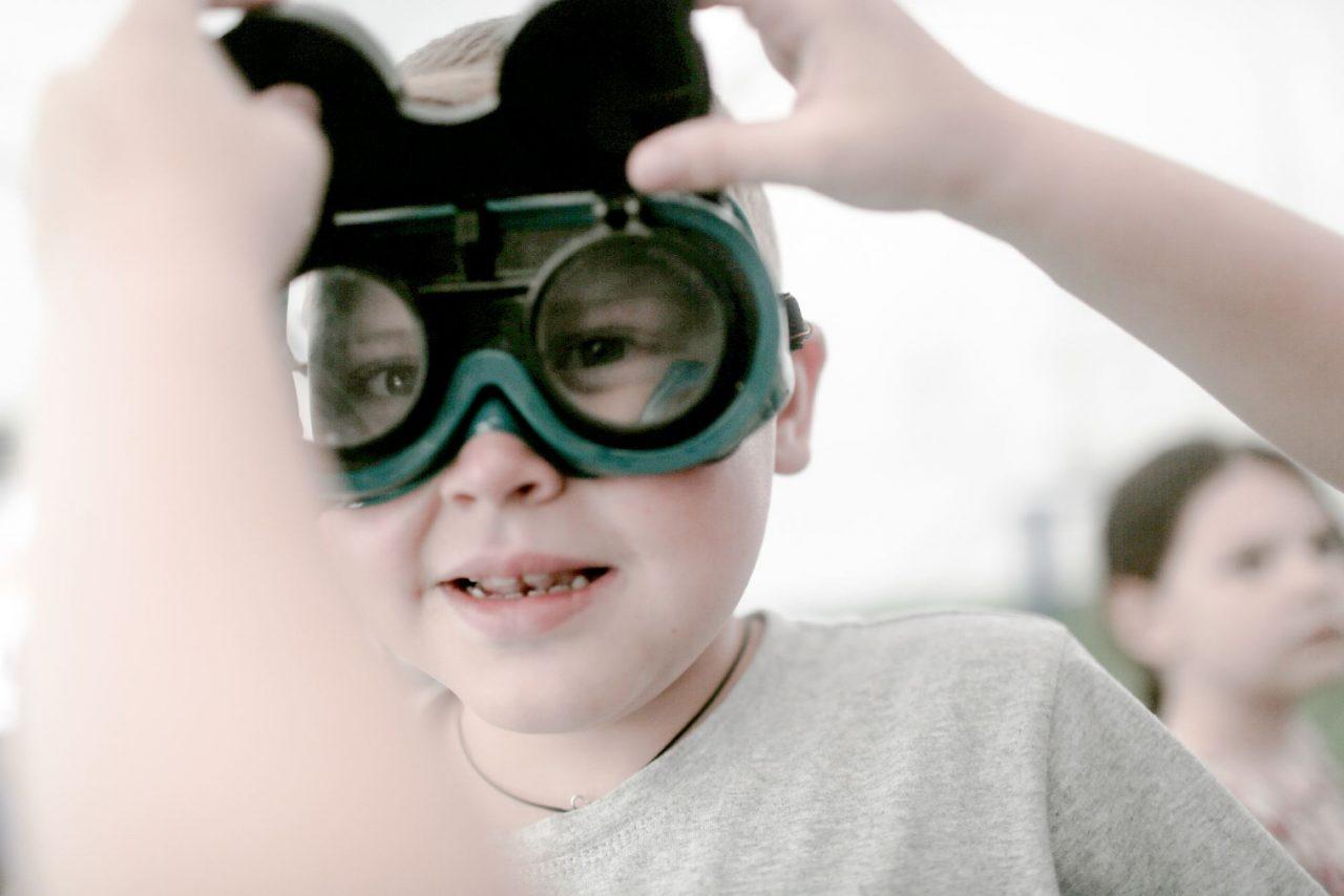 Как зовут брюнетку в очках которой мужик примеряет туфли фото 619-663