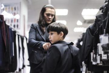 Во время выбора школьной формы в одном из магазинов, специализирующихся на продаже школьной формы.  Фото Евгений Курсков/ТАСС