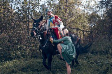 Казак усаживает к себе на лошадь свою даму сердца