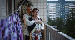 Наталья и Павел на балконе квартиры.