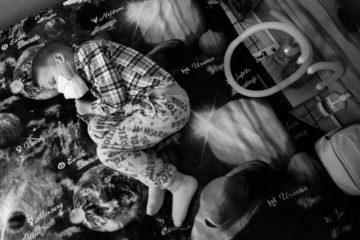 съемка мальчика Кирилла для Такие Дела на фото Кирилл спит на простыне с изображением планет