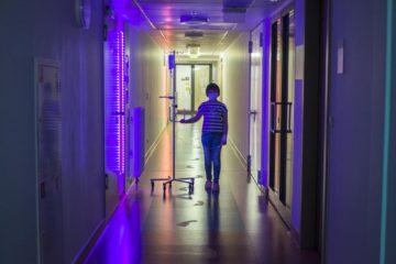 Надира, 9 лет, в холле школы при центре детской гематологии имени Димы Рогачева.