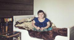 Юля, одна из первых участниц проекта «Раздолье» в своей комнате.