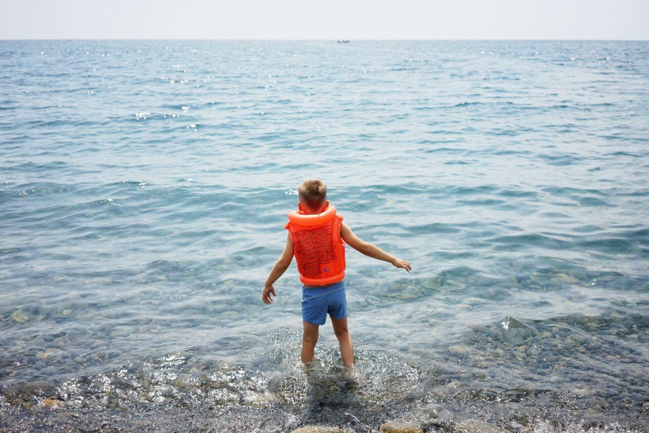 Он ее лижет у моря