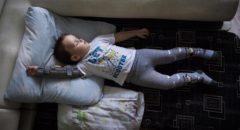 Илье постоянно нужно носить тутор против контрактуры. Тутор Илье не по душе, поэтому Валентине удается надеть его только время сна.