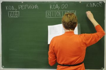 YEKATERINBURG, RUSSIA. DECEMBER 3, 2014. A secondary school teacher instructs students on how to fill in an examination form for a preliminary written exam in literature. Those who pass the exam will qualify for a unified state examination, a compulsory examination for school-leavers. Donat Sorokin/TASS    Россия. Екатеринбург. 3 декабря. Учительница пишет образец заполнения экзаменационного бланка перед началом итогового сочинения в гимназии №2. Донат Сорокин/ТАСС