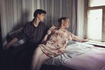 Раиса Константиновна и Люба, мать и дочь, проживающие в ветхом полуразрушенном доме