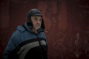 Владимир Овчинников  у стены на которой была его работа посвященная  жертавам антибольшевистских крестьянских восстаний. Работа была закрашена. 8 ноября 2016 года.