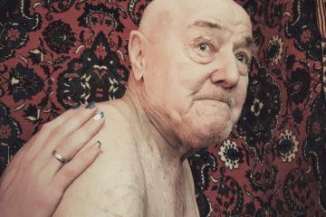 Яхья Идрисович, воевавший в 1944 году в воздушно-десантных войсках. Сотрудницы патронажной службы приходят делать пенсионеру массаж и натирают ноги