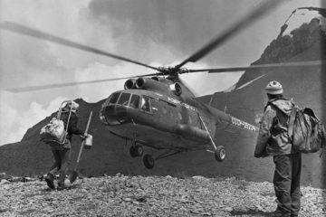 Грузоперевозки в Таджикистане. Геологи в отрогах Центрального Памира во время посадки в вертолет.   фото: Сергей Жуков/Фотохроника ТАСС