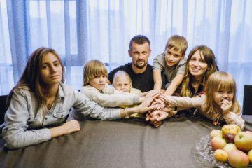 Семья Семак слева направо: Майя - 16 лет, Иван - 8 лет, Таня - 10 лет, Сергей Семак - отец, Семён - 10 лет,  Анна Семак - мать, Илария - 3 года