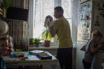 Папа Андрей с Захаром пришли на кухню к играющим сыновьям Тимоше и Леше