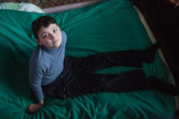 Тимур на кровати