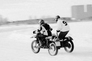 Владимир и Артем тренируются перед гонками на льду.