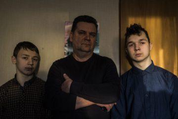 Михаил Дель (в центре)  и его приемные дети Михаил (справа) и Филипп в своей квартире. Зеленоград, 2 февраля.