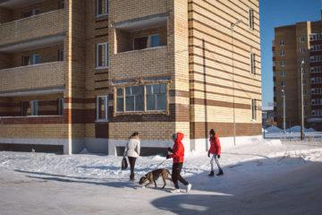 Люди проходят мимо одного из «сиротских» домов