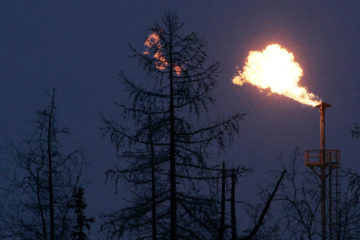 A gas flare is seen at the newly opened Yuzhno Russkoye oil and gas field, some 200 km (124 miles) from the town of Novy Urengoy, December 18, 2007. Russia and Germany launched work on the enormous Yuzhno Russkoye gas field in northwest Siberia on Tuesday, which will be jointly developed to feed the Nord Stream gas pipeline from Russia to Western Europe.  REUTERS/Denis Sinyakov (RUSSIA) - RTX4UVT