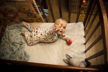 Фёдор отлично развит для свего возраста. Одно из важнейших умений -- тянуться за игрушкой.  фото: Ольга Павлова