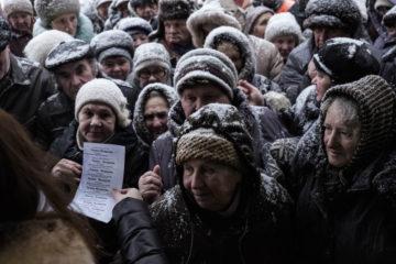Раздача бесплатных талонов на хлеб возле магазина Махмуда Шавершяна. Струнино, 31 января.