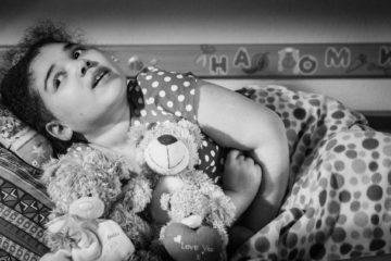 """Москва. Россия. 31 Марта 2017   Наоми 15 лет и у нее диагноз  краниофарингиома.  Заболевание проявилось в 5,5 лет. Родители просят называть диагноз просто - """"новообразование головного мозга""""  Мама - Наталья - по образованию ветеринар, после рождения Наоми так и не успела поработать по профессии. Она находится все время дома рядом с дочерью. Папа Касси - работает шофером."""