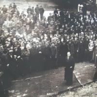 Оскар Шиндлер и рабочие на фабрике в Кракове.