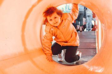 Полина играет на детской площадке