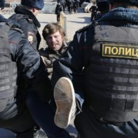 "Police detain a protester in downtown Moscow, Russia, Sunday, May 26, 2017. Russia's leading opposition figure Alexei Navalny and his supporters aim to hold anti-corruption demonstrations throughout Russia. But authorities are denying permission and police have warned they won't be responsible for ""negative consequences"" or unsanctioned gatherings.    фото: Alexander Zemlianichenko/AP/ТАСС"