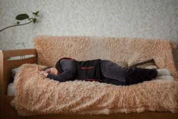 Татьяна спит во время приготовления обеда на тренировочной квартире