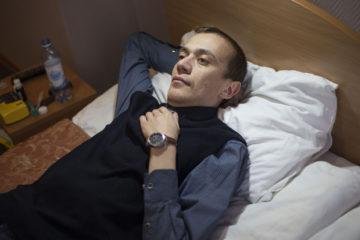 Алексей Куприянов отдыхает в номере гостиницы в Сергиевом посаде, куда он приехал на конгресс по лечению муковисцидоз.