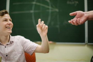 Олег на уроке физики.