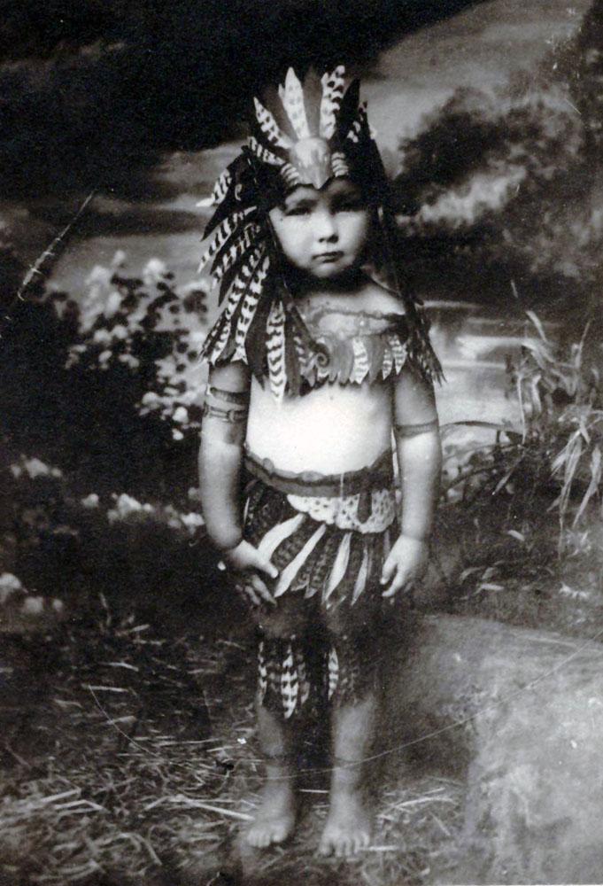 Елена сто пятая Такие Дела Детская фотография Е В Ивановой в костюме индейца 1929 год Надпись на обороте Родной мамусе от 6 летнего индейца которому увы уже исполнилось 33