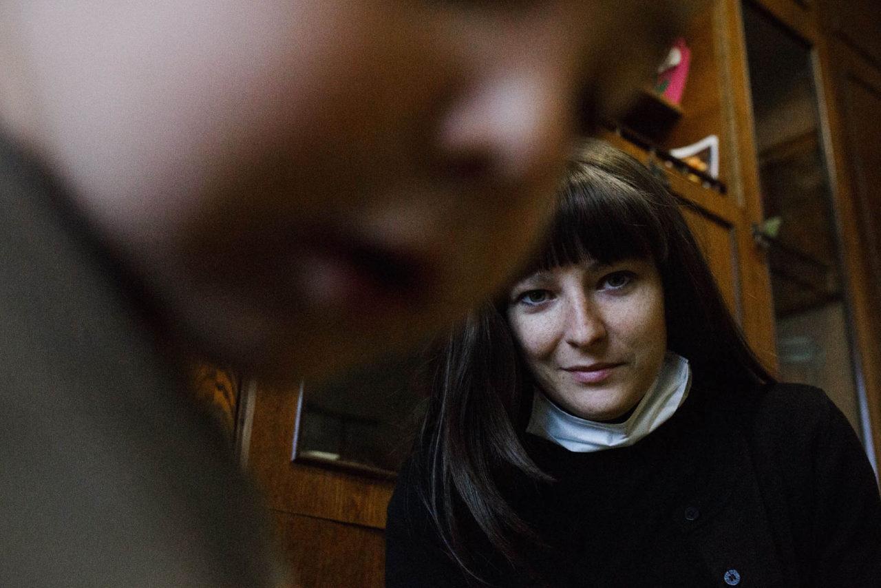 Видео маленькая девочка ласкает языком член отчима в постели